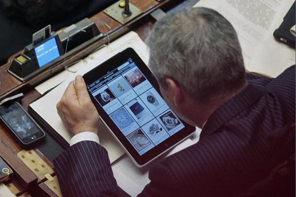 Setteb it onorevole guardi la sua foto sul giornale for Foto parlamentari italiani